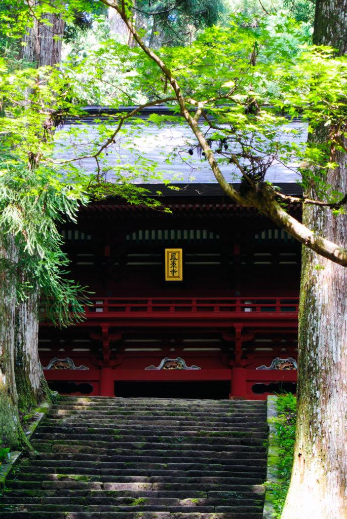 石段の途中、木々に囲まれた静寂の仁王門 - -愛知県新城市鳳来寺- -
