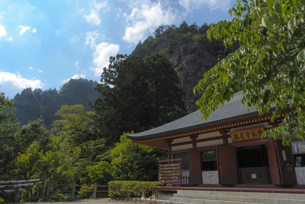 険しい岩肌をバックに建つ鳳来寺 - -愛知県新城市鳳来寺- -
