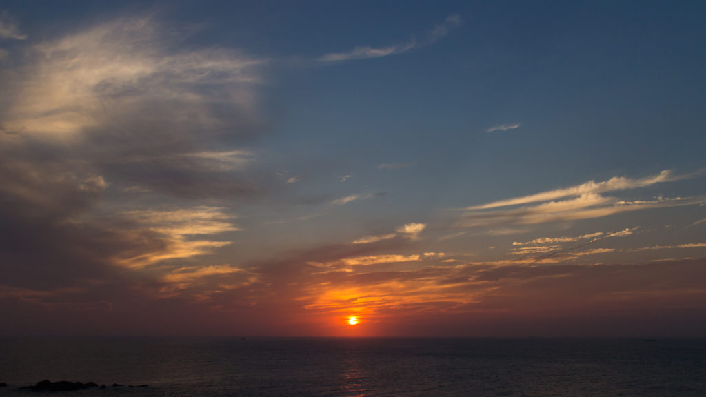 水平線から昇る朝日:樫野崎灯台