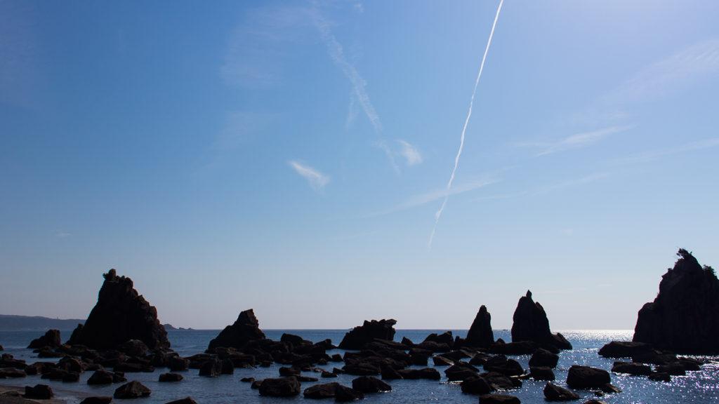 紀伊大島へ向けて立ち並ぶ橋杭岩 - -串本町- -