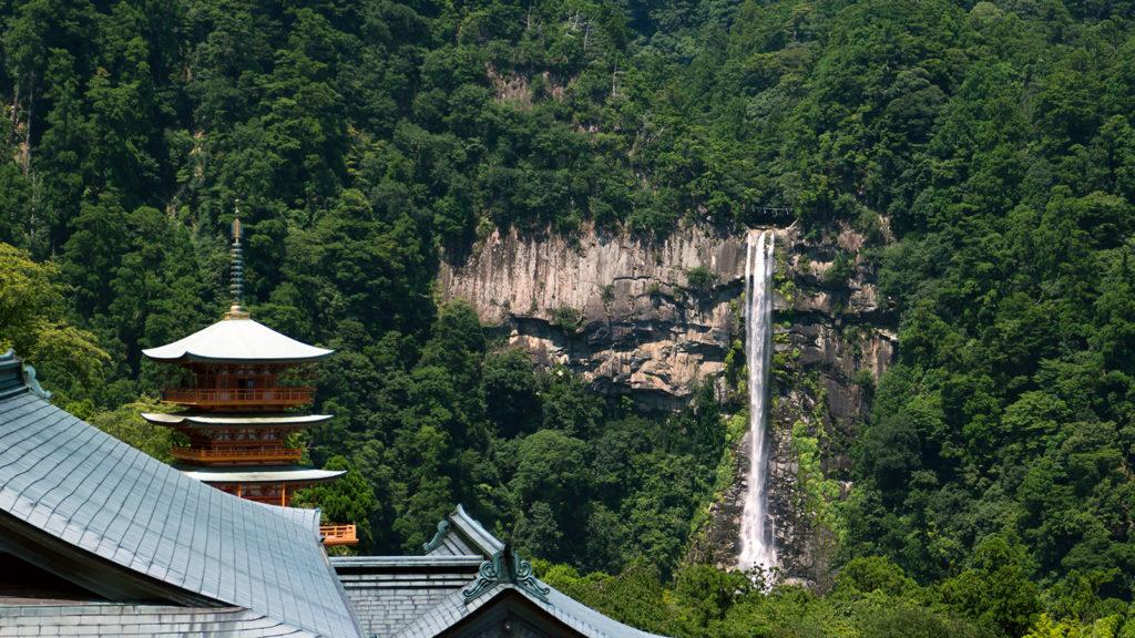 神話の御世より流れ落ちる神の滝:那智の大滝 - -和歌山県那智勝浦町- -