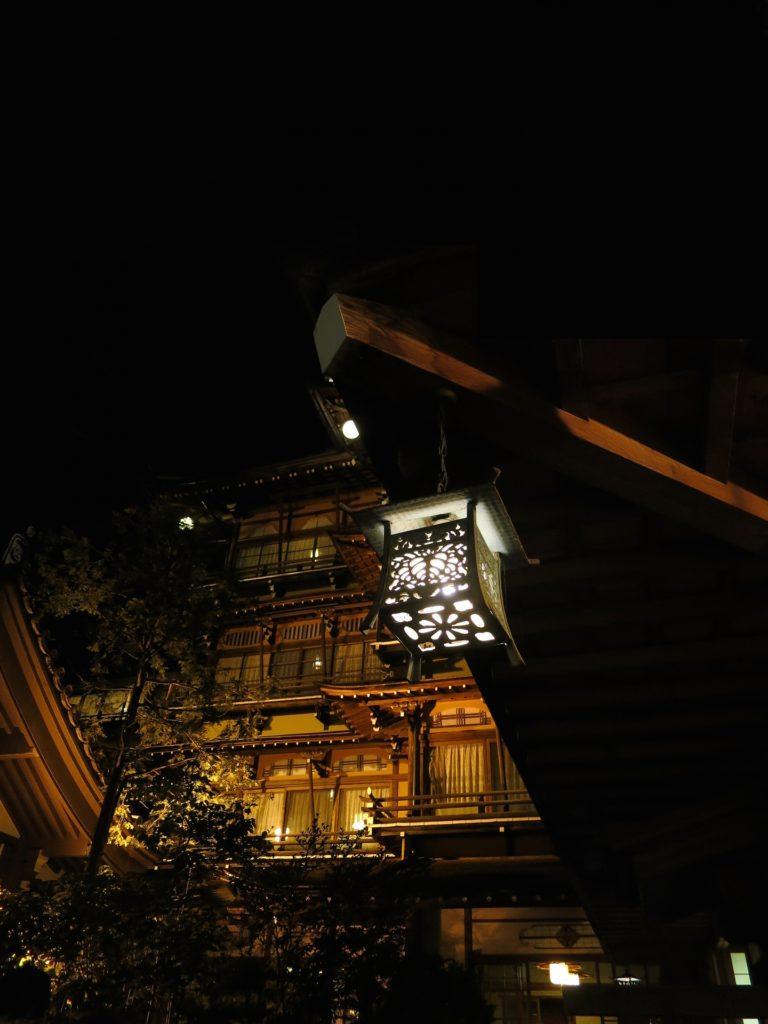 暗闇の中ライトアップされた情緒あふれる渋温泉郷 - -山ノ内町- -