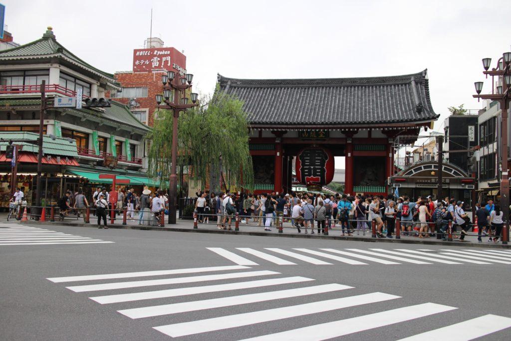 観光客などであふれ変える浅草寺の雷門交差点 - -東京:浅草寺- -