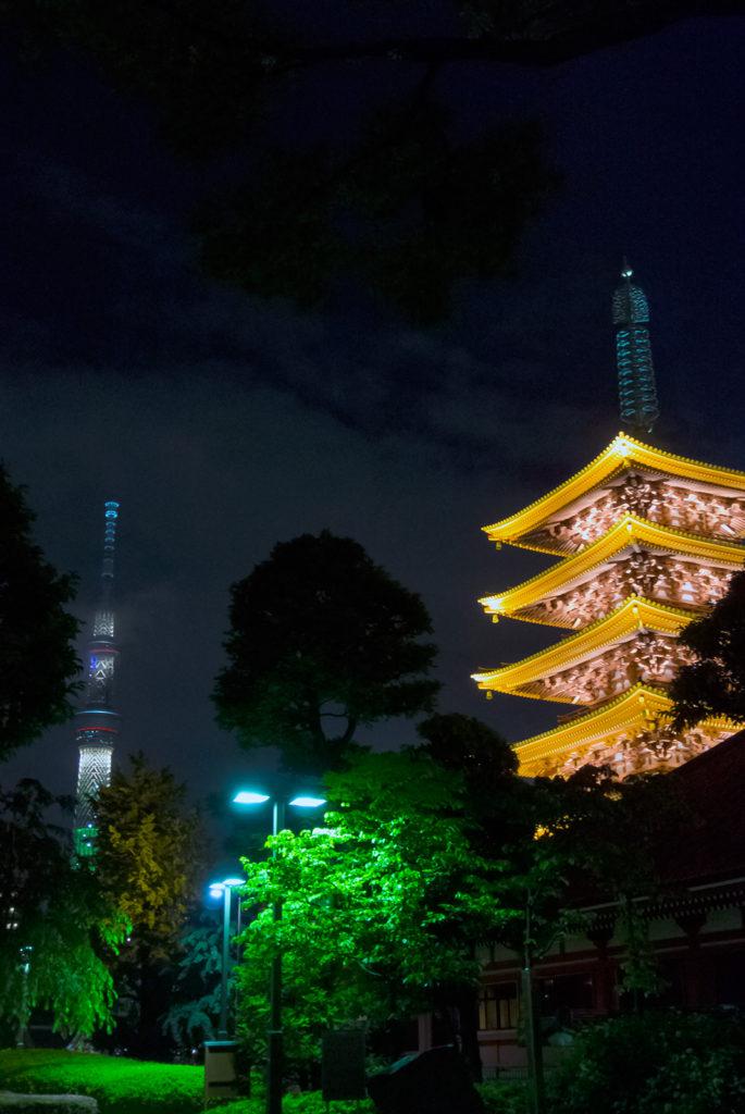 ライトアップされて夜の闇に浮かび上がる五重塔とスカイツリー - -東京:浅草寺- -