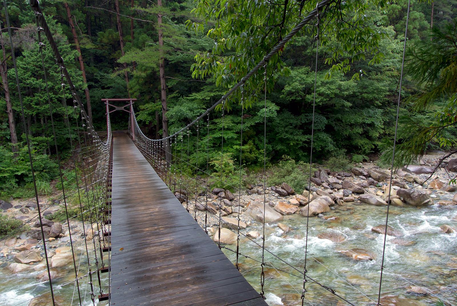 透明度の高い水が流れる柿其渓谷にかかるレトロな趣の吊橋 - -木曾郡南木曾町柿其渓谷- -