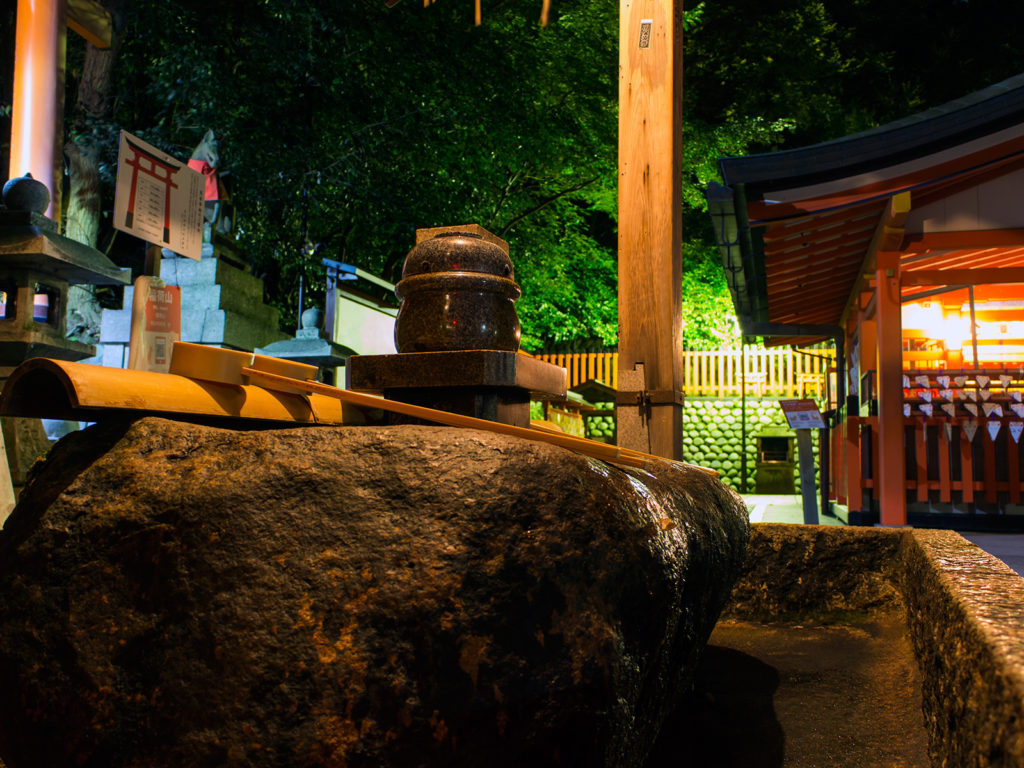昼間と違い人の居ない深夜の奥社 - -京都市伏見区伏見稲荷大社- -