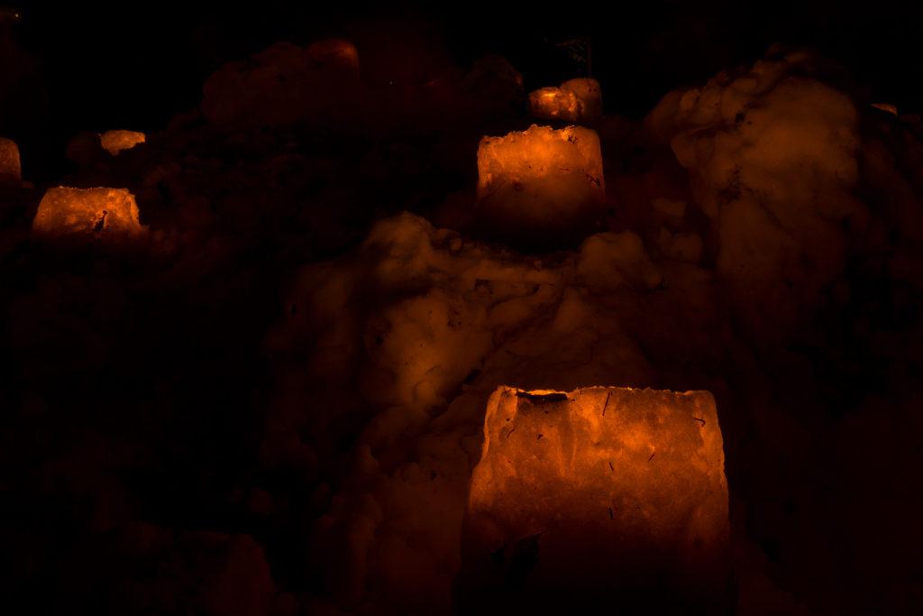 雪の灯ろうに灯されたろうそくの明かりがほのかに暖かい「雪み街道」 - -豊田市稲武- -