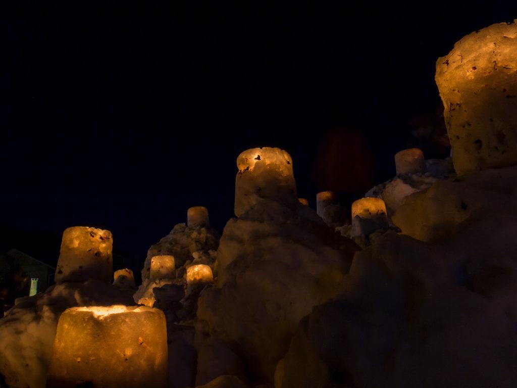 雪で作られた灯ろうが雪の山に飾られる「雪み街道」 - -豊田市稲武- -