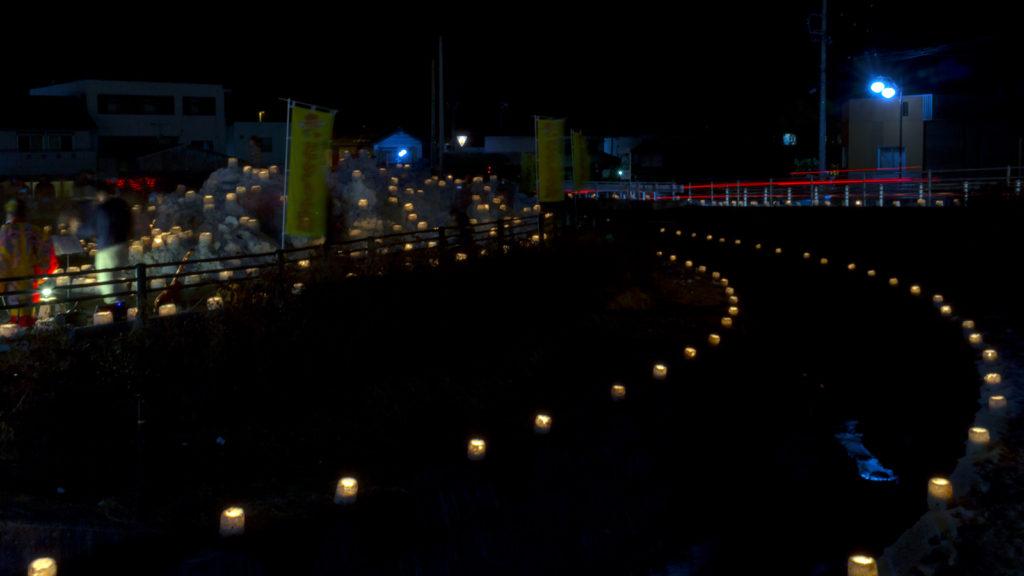 くらやみに暖かな灯りが川沿いにも並び浮かび上がる「雪み街道」 - -豊田市稲武- -