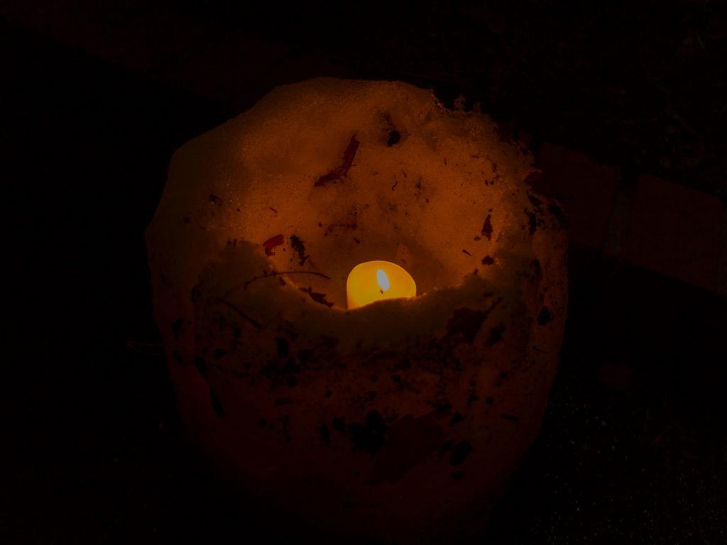 雪で作られた灯ろうのなかであたたかく揺れるろうそくのともしび「雪み街道」 - -豊田市稲武- -