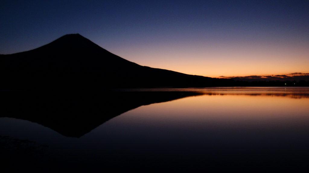 朝焼けに浮かぶ富士のシルエット - -富士宮市:田貫湖- -