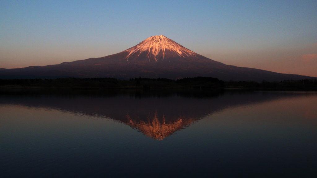 夕日に染まる逆さ富士 - -富士宮市:田貫湖- -