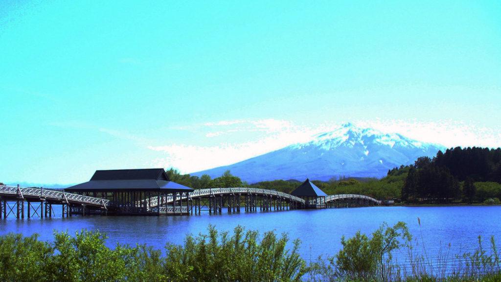 津軽富士の手前に見える鶴の舞橋 - -鶴田町:津軽富士見湖- -