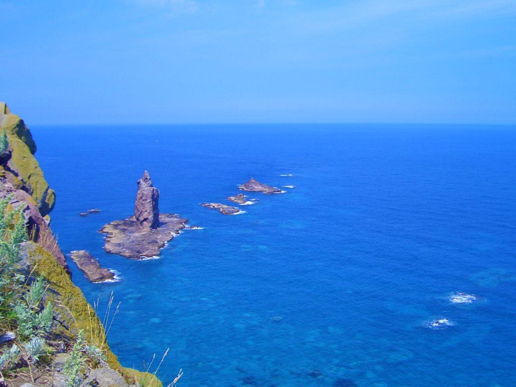 積丹ブルーの海に浮かぶ神威岩はまさに神の造詣 - -積丹町神威岬- -