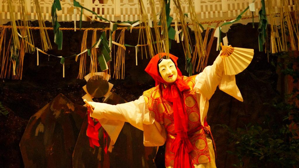 毎晩、奉納される高千穂神社の夜神楽 - -宮崎県:高千穂神社- -