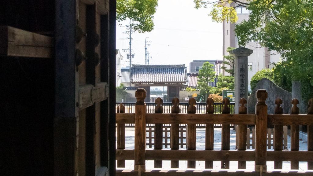 大樹寺の山門からまっすぐに見える岡崎城天守閣 - -愛知県岡崎市- -