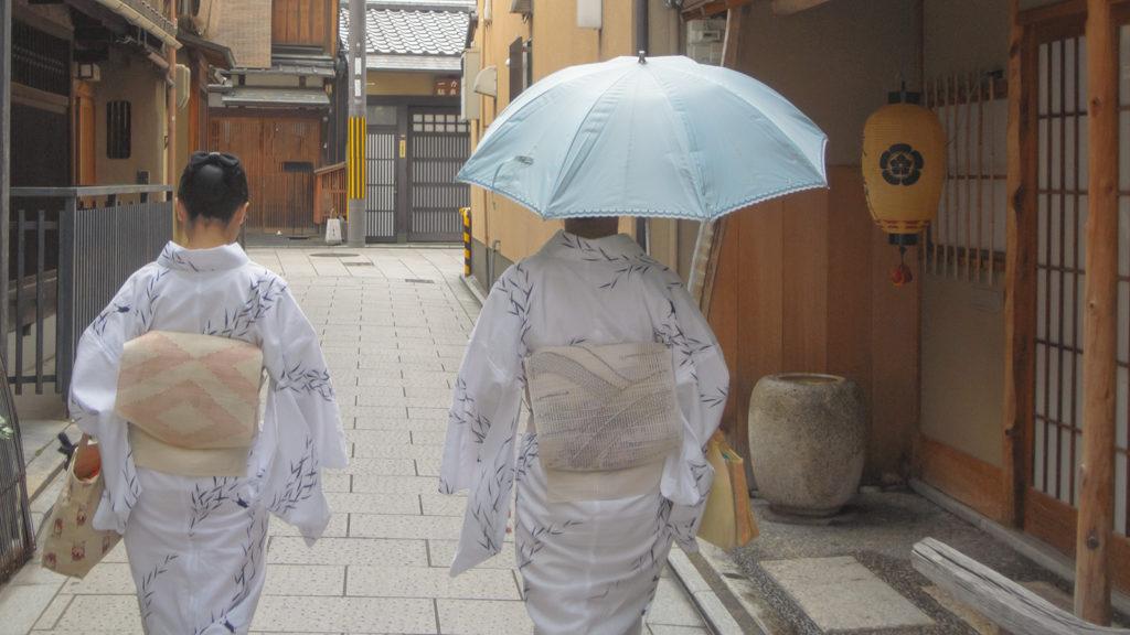 祇園の路地ですれ違った透明感のあるうしろ姿 - -京都、祇園- -
