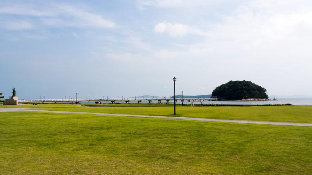 竹島の浮かぶ海の景観を際立たせる緑の芝生 - -愛知県蒲郡市:竹島- -