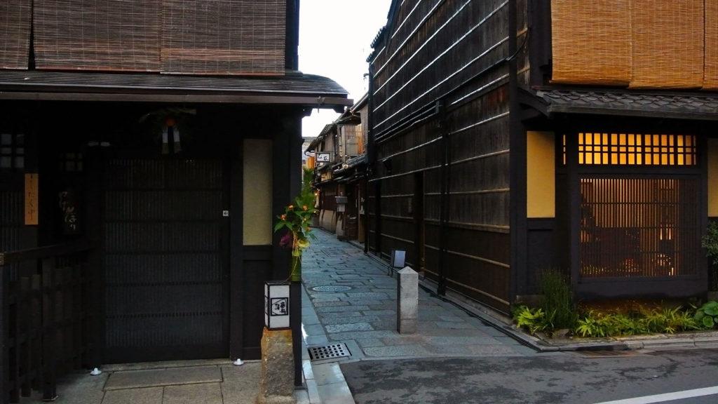 なぜか心惹かれる京都の路地 - -京都、祇園- -
