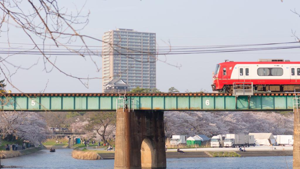 さくらの名所、岡崎城の近くを走る名鉄電車