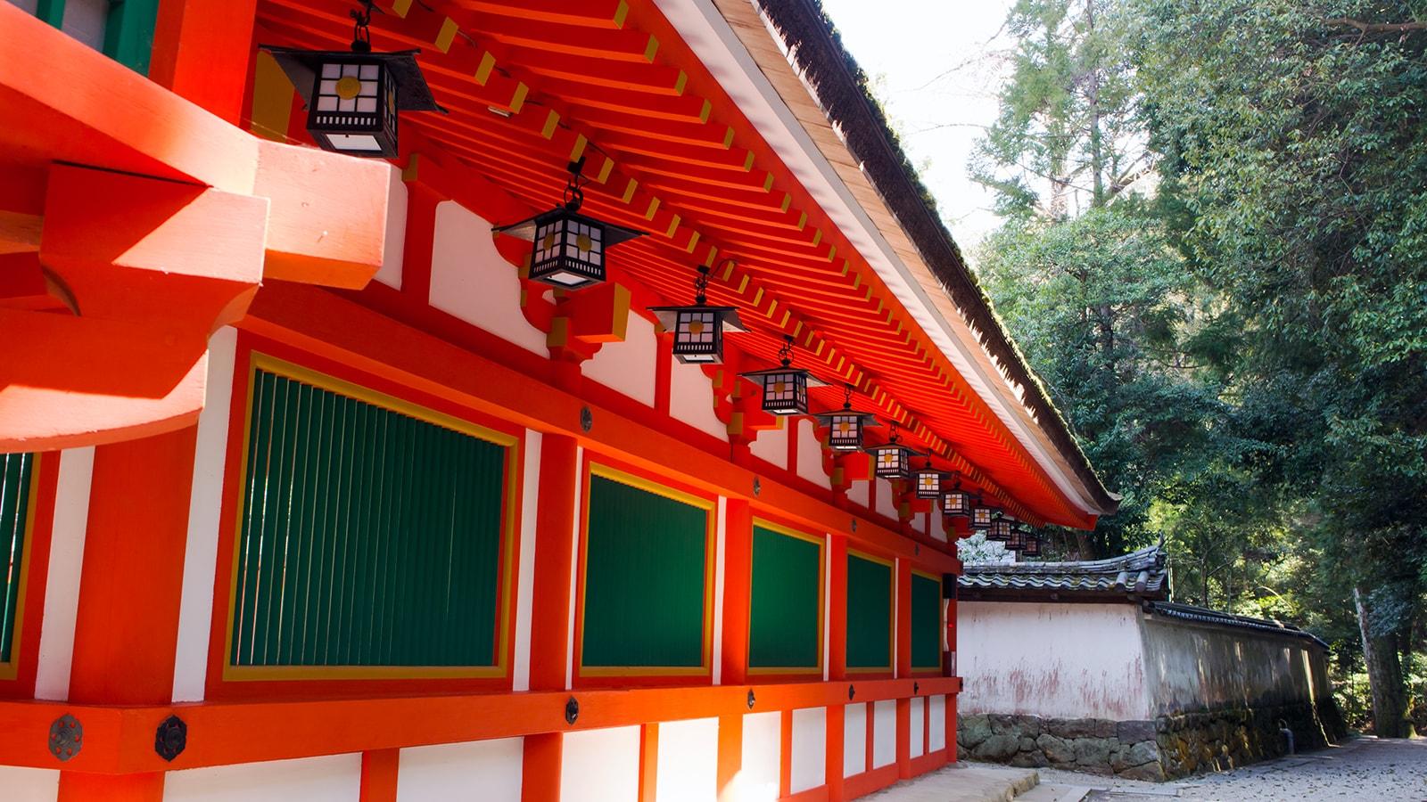 楼門脇につづく色あざやかで美しい回廊:石上神宮 - -奈良県天理市にある観光、撮影スポット- -