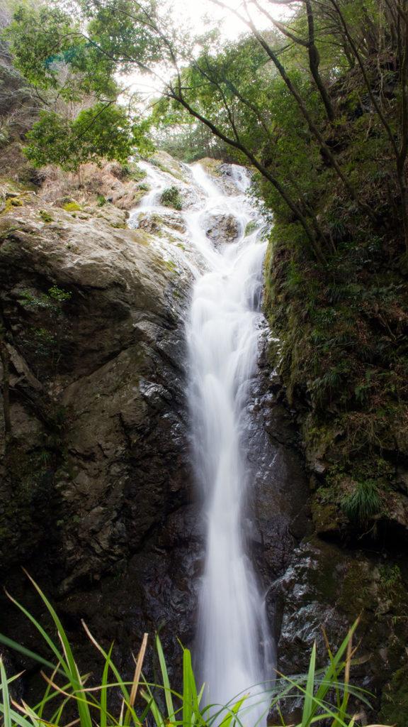 愛知県で最大と言われる百間滝の迫力ある姿  - -愛知県の観光、撮影スポット:百間滝- -