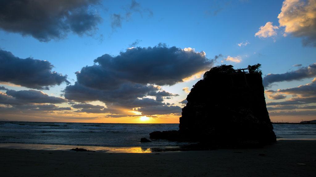 旧暦10月に日本全国から集まる神々をお迎えする稲佐の浜 - -島根県:出雲大社- -