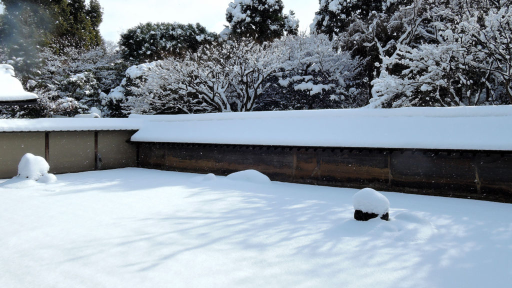 冬の雪景色も映える竜安寺の石庭 - -京都府の観光、撮影スポット:龍安寺- -