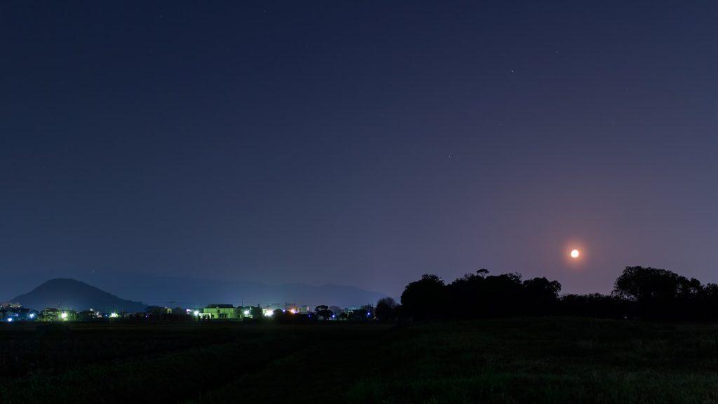 深夜、月の沈み行く頃の誰も居ない藤原宮跡と畝傍山のシルエット - -奈良県橿原市にある観光、撮影スポット- -