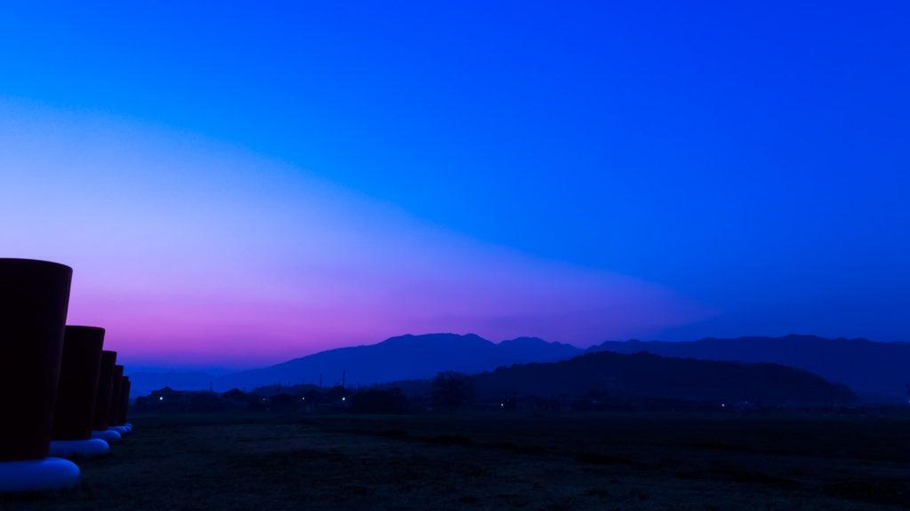 夜明け、東の空と山々の輪郭が少しずつ色づいてくる:藤原宮跡 - -奈良県橿原市にある観光、撮影スポット- -