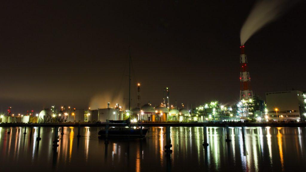 海とヨット越しに温かみのある色合いの工場夜景を撮れるスポット  - -三重県四日市市にある観光、撮影スポット- -