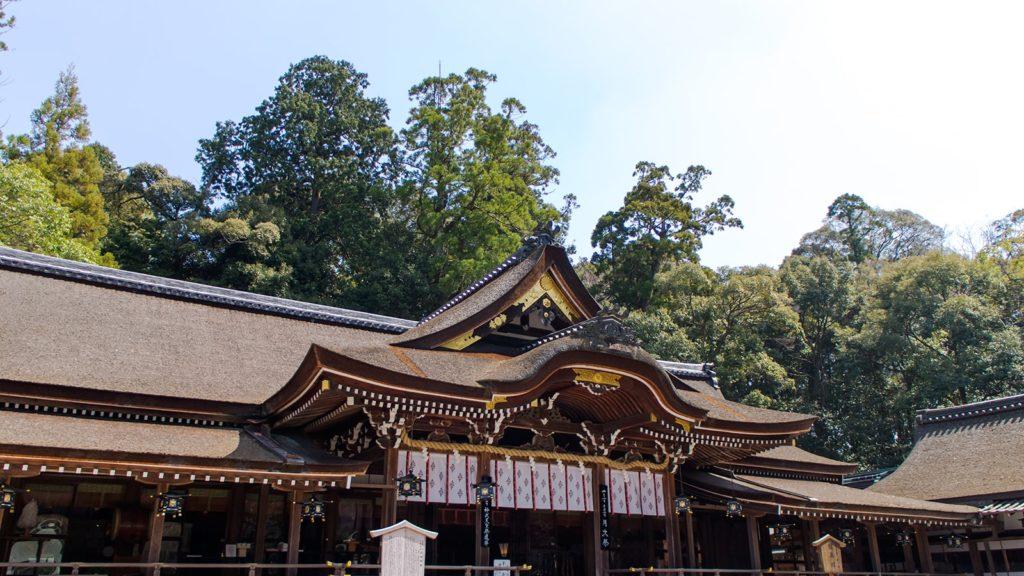 大和一の宮:大神神社の拝殿。大神神社は拝殿の背後にある三輪山を御神体として祀る神社 - -奈良県桜井市にある観光、撮影スポット- -