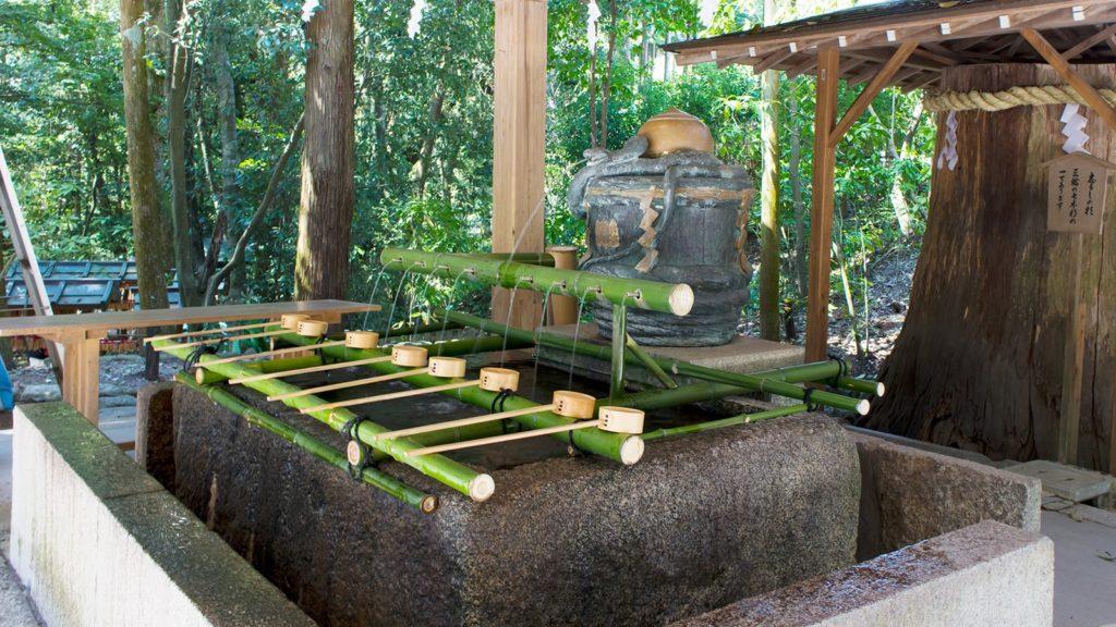 大神神社の手水舎は蛇をかたどった他にはあまり見られないタイプ。 - -奈良県桜井市にある観光、撮影スポット- -