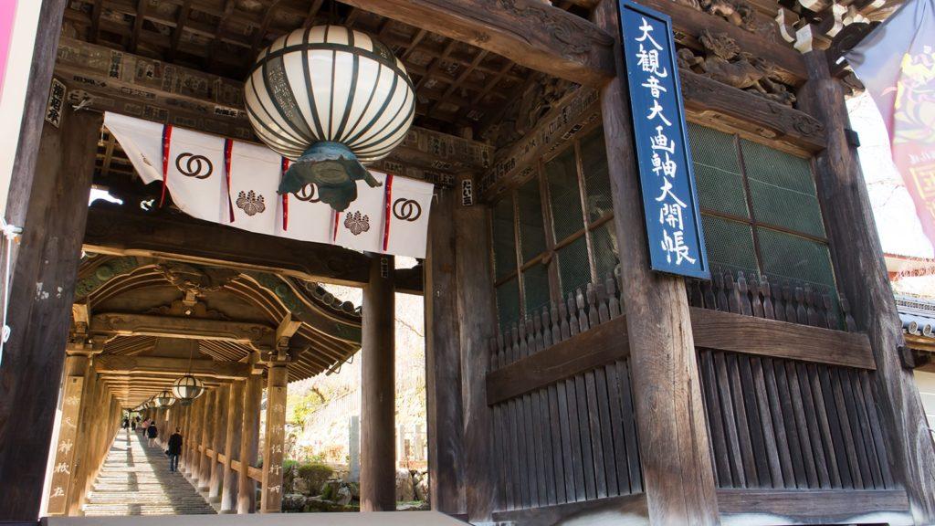 花の寺として知られる長谷寺、仁王門とその先の登廊の風景が有名 - -奈良県桜井市にある観光、撮影スポット- -