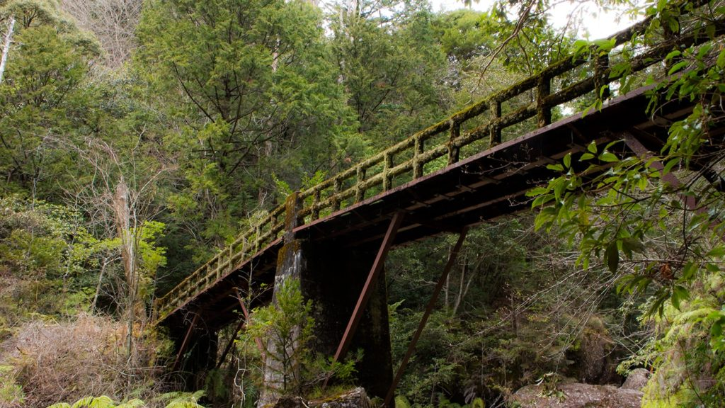 乳岩峡の渓谷にかかるレトロな雰囲気の橋 - -愛知県新城市にある観光、撮影スポット- -