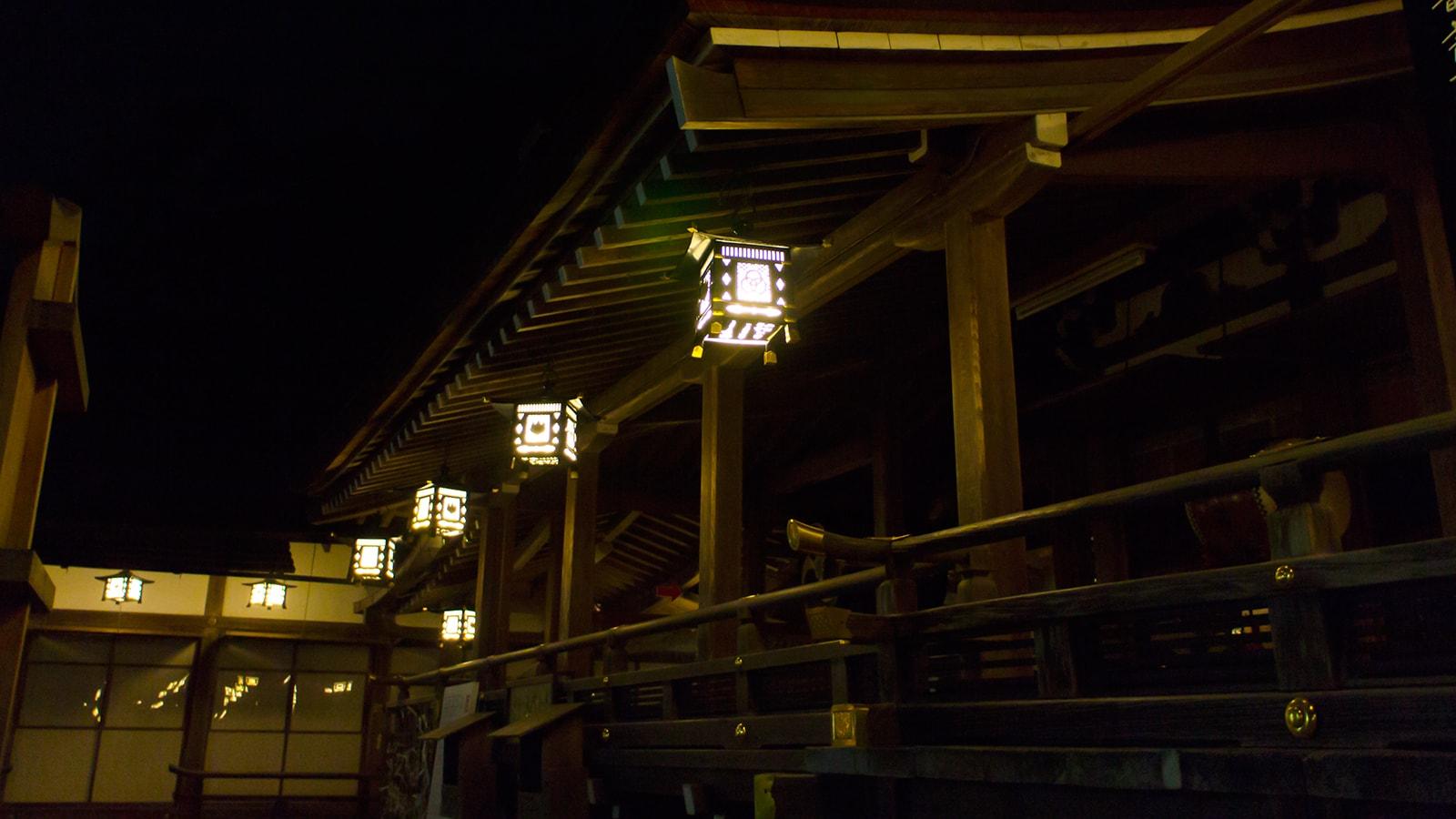 夜、誰もいない境内は神秘的でもあり、昼間とは違った趣きがある - -奈良県桜井市にある観光、撮影スポット- -