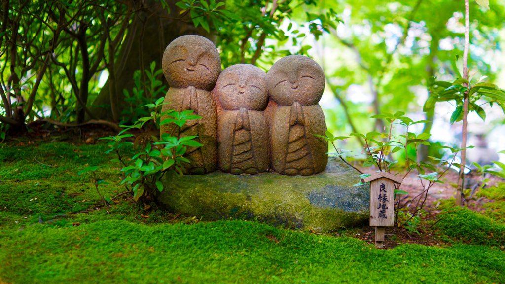 苔の緑とかわいらしいお地蔵さまが映える長谷寺の庭園 - -神奈川県鎌倉市にある観光、撮影スポット- -