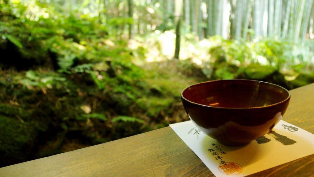 竹の庭にある休耕庵では竹林を眺めながら、お抹茶をいただける。鎌倉、竹の庭:報国寺。 - -神奈川県鎌倉市にある観光、撮影スポット- -