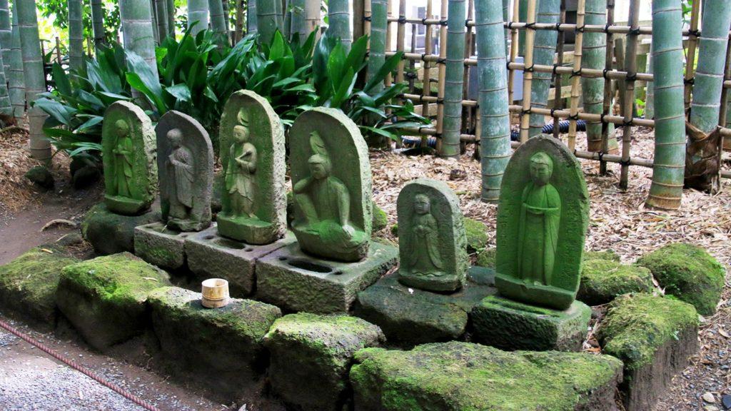 境内には美しい緑の苔や石仏など、被写体が数多くある - -神奈川県鎌倉市にある観光、撮影スポット- -