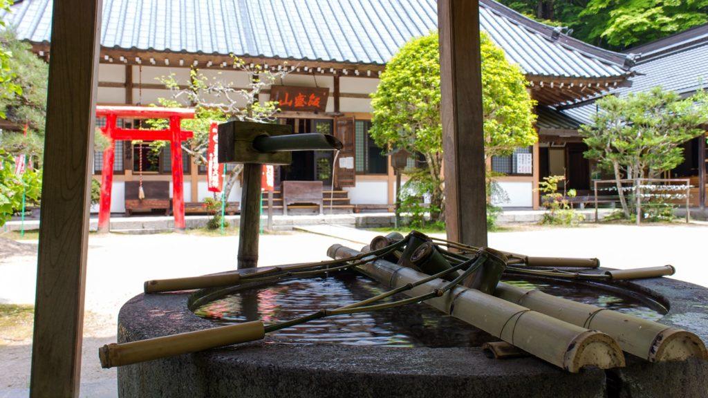 香積寺手水舎から本堂を望む - -愛知県豊田市にある観光、撮影スポット- -