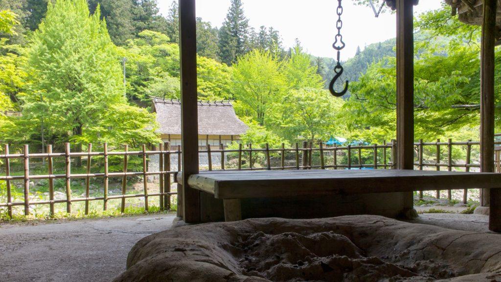 香嵐渓の渓谷沿いには対岸の青もみじを愉しめる場所も多い - -愛知県豊田市にある観光、撮影スポット- -