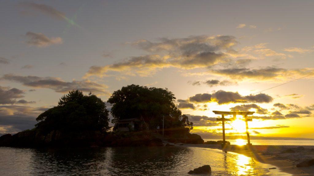 まさに絶景!鳥居のなかに沈む夕陽  - - 鹿児島県鹿屋市の観光、撮影スポット- -