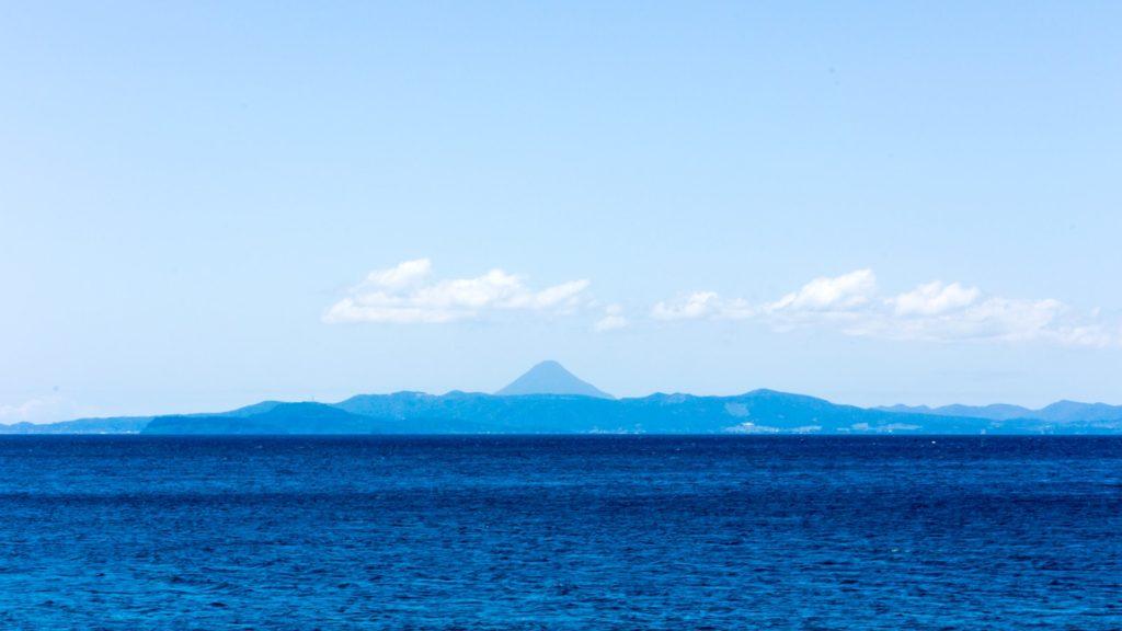 錦江湾越しにははるかに開聞岳の美しい山容も見える  - - 鹿児島県鹿屋市の観光、撮影スポット- -