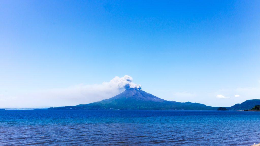 垂水の港から眺める桜島は青い海に浮かび美しい山容を見せてくれる  - - 鹿児島県の観光、撮影スポット- -