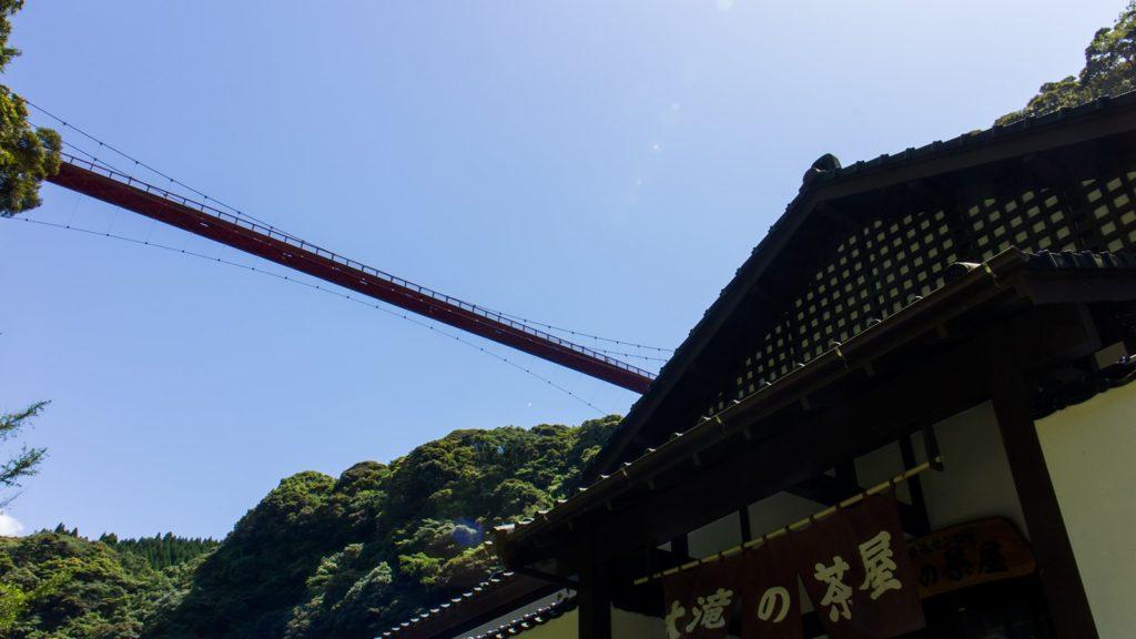 神川大滝の手前、大滝の茶屋と上空にかかる虹のつり橋 - - 鹿児島県南錦江町の観光、撮影スポット- -