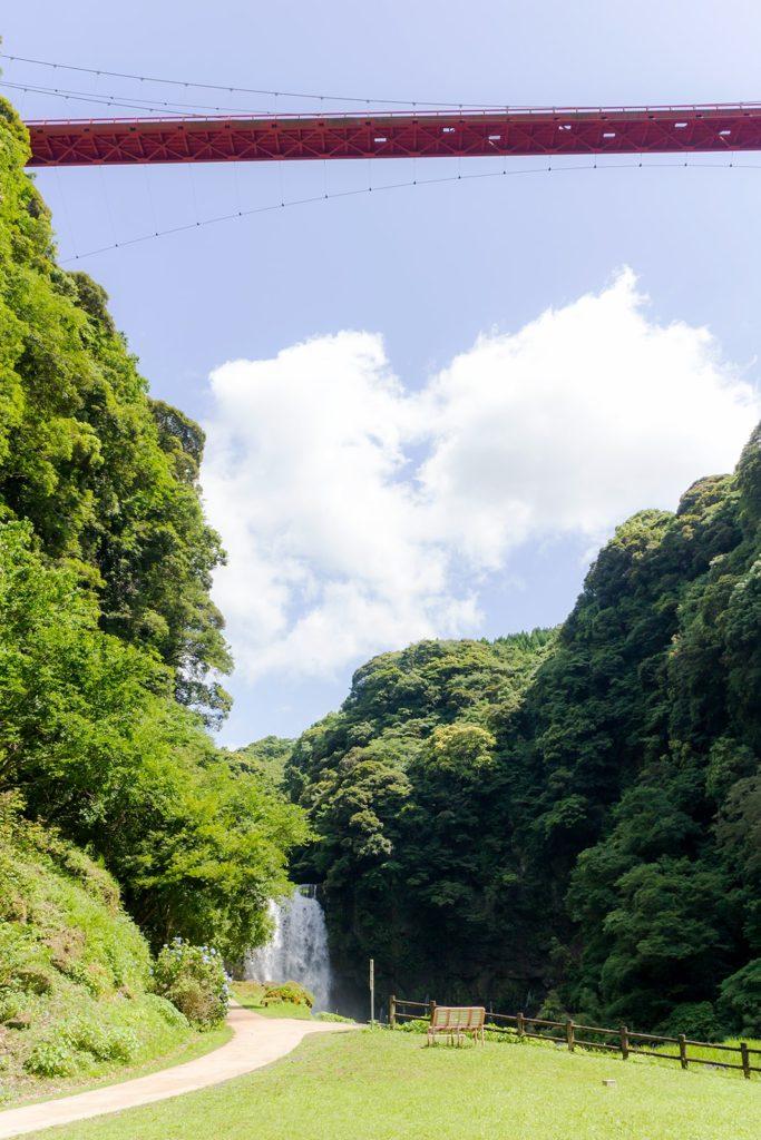 駐車場から少し歩くと姿をあらわす神川大滝 - - 鹿児島県南錦江町の観光、撮影スポット- -