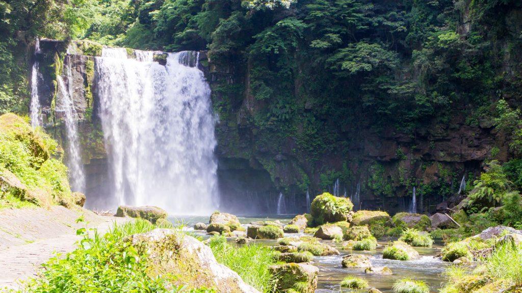 大量の水が流れ落ちる迫力の神川大滝 - - 鹿児島県南錦江町の観光、撮影スポット- -