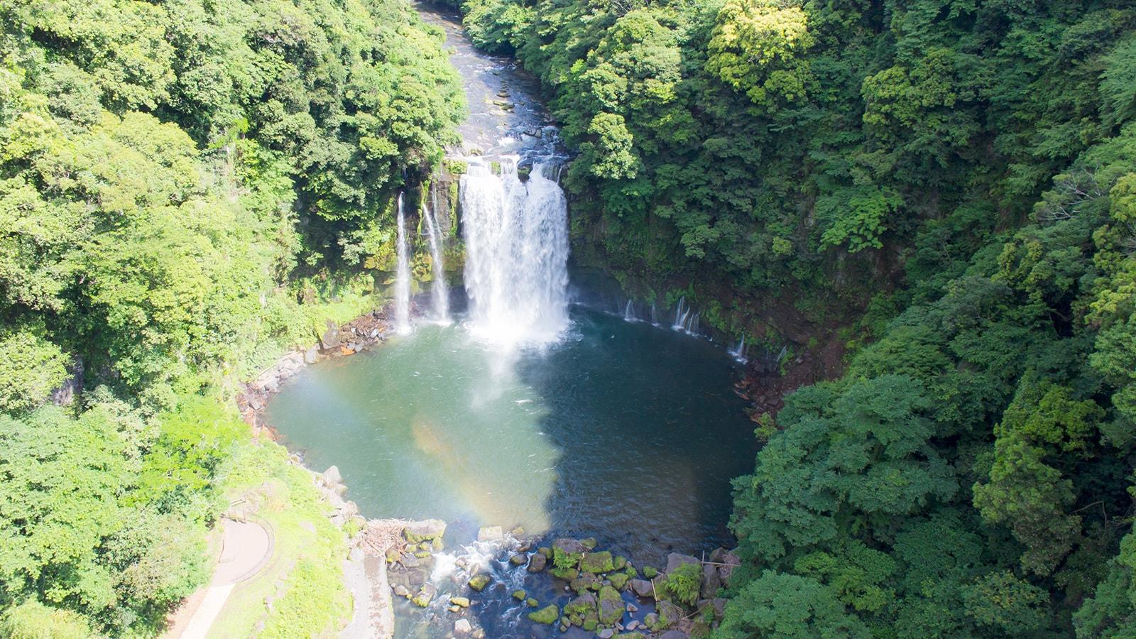 虹のつり橋から見下ろす神川大滝には、その名の通り虹がかかる - - 鹿児島県南錦江町の観光、撮影スポット- -