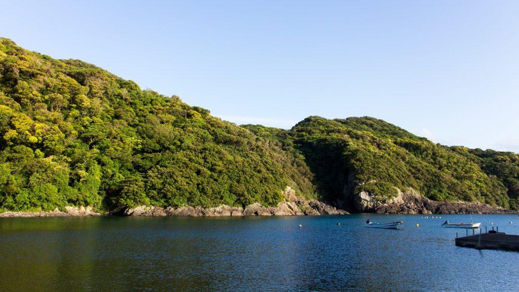 どこか懐かしさを感じる小さな入り江にある島泊の漁港 - - 鹿児島県南大隅町の観光、撮影スポット- -