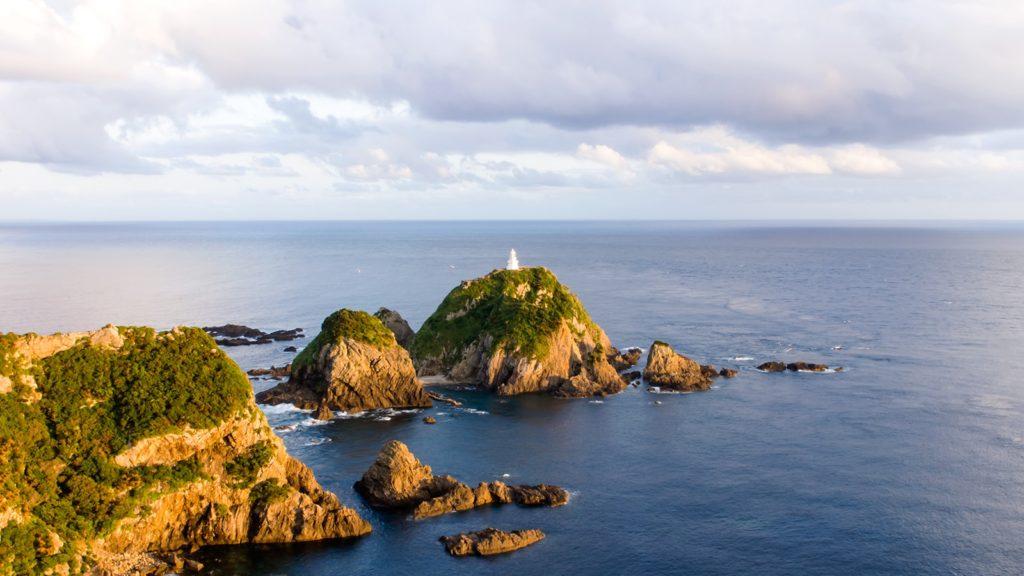 沈む夕日に照らされた日本最古の灯台のひとつ佐多岬灯台 - - 鹿児島県南大隅町の観光、撮影スポット- -